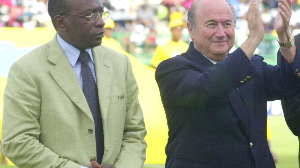 Zwei Unterzeichner: Blatter und Warner 2001 bei der Eröffnung der Viertelfinals der FIFA-U17-Weltmeisterschaft in Tobago (Archiv).