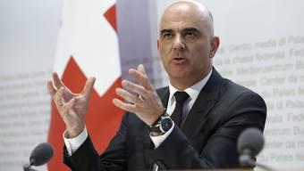 Bundesrat Alain Berset gab am Mittwoch die Verlängerung des Erwerbsersatzes bekannt.