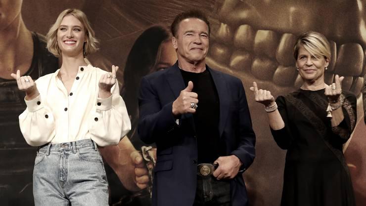 Linda Hamilton (ganz rechts) posiert mit den neuen und weniger neuen Stars von «Terminator: Dark Fate» - Mackenzie Davies und Arnold Schwarzenneger.