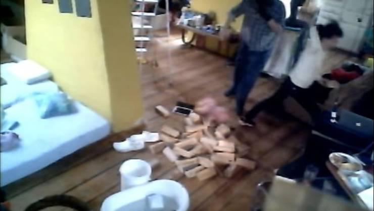 Eine Gruppe Vermummte stürmte vergangenes Jahr die Dachwohnung an der Wasserstrasse 21 und zerrte die russische Künstlerfamilie auf die Strasse.