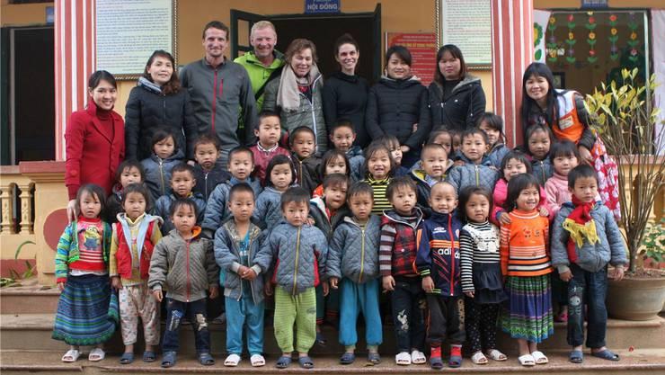 Simon Niggli und Christoph Obmascher (hinten v.l.) beim Besuch einer vom Hilfsprojekt unterstützten Schule in Vietnam.