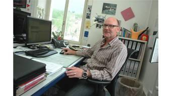 Willi Kohler an seinem Arbeitsplatz. Regelmässig ist er auch ausserhalb des Büros anzutreffen. mhu
