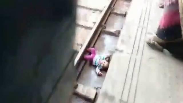 Baby wird von Zug überfahren - und überlebt