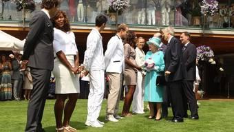 Hier schüttelt Roger Federer Queen Elizabeth II die Hand