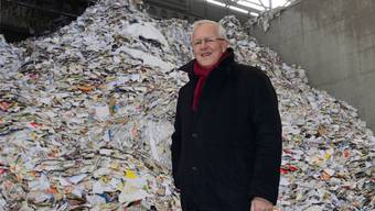 Verwaltungsratspräsident Bernhard Ludwig zeigt, wie die Papierfabrik Utzenstorf die Berge von Altpapier recycelt und Zeitungspapier fertigt.