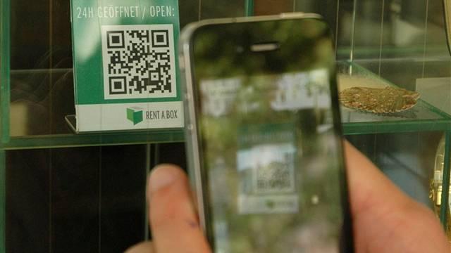 Ein QR-Code im Schaufenster des Uhren- und Schmuckgeschäftes Rent-a-box am Graben wird mit dem iPhone dechiffriert. Kus