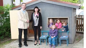 Rita Brühlmann (rechts) übergibt das Spielhaus an Vizepräsident Adolf Acklin (links). Foto Melanie Bär