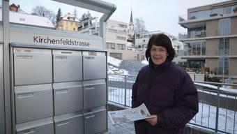 Trudi Schneider verteilt in Muri die az Aargauer Zeitung.