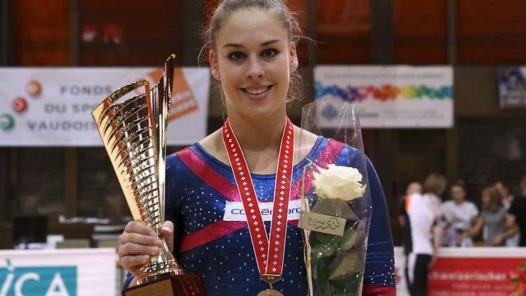 Giulia Steingruber freut sich über den Gewinn von SM-Gold im Sprung, bricht aber ihren Wettkampf vorsichtshalber vorzeitig ab