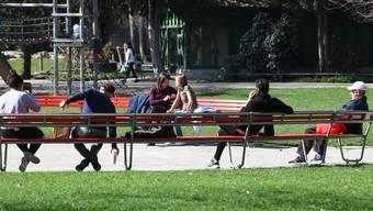Auch in Coronazeiten halten sich viele Baslerinnen und Basler gerne im Schützenmattpark auf.