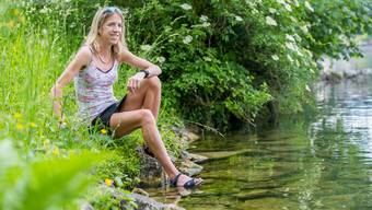 Mit den Gedanken wohl schon in London geniesst Martina Strähl die Sonnenstrahlen und die Ruhe an der Aare in Solothurn.