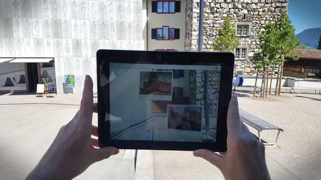 Wie funktioniert das jetzt mit der «Augmented Reality»? Projektleiterin Claudia Schwalfenberg zeigt im Video, wie man mithilfe der Kamerafunktion des Smartphones Informationen zu den Plätzen live auf den Bildschirm holen kann.