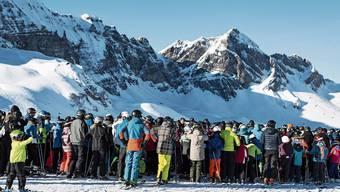 Neue Normalität auf Schweizer Skipisten? Grossandrang vor dem Sessellift.