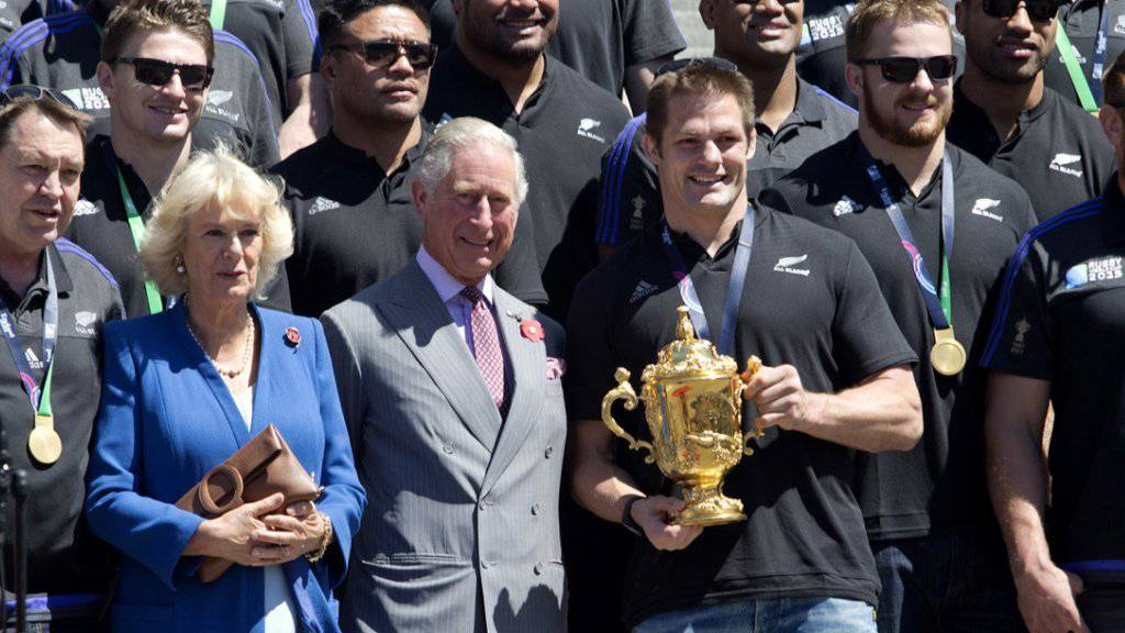 Prinz Charles und seine Frau Camilla haben ihr Besuchsprogramm in Neuseeland geändert, um den Rugby-Weltmeistern persönlich zu gratulieren.
