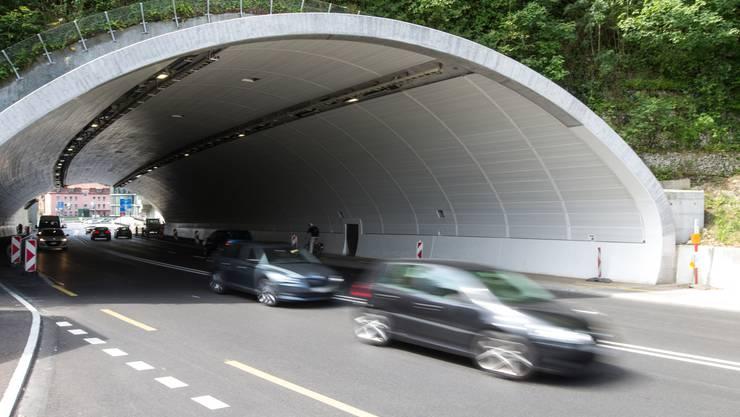 Je zwei Spuren führen in beiden Richtungen durch den Tunnel.