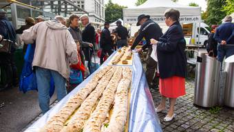 Ein 30-Meter-Sandwich ersetzte am 30. Geburtstag des Bremgarter Wochenmarktes die Geburtstagstorte.