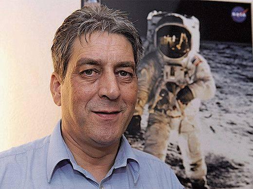 Men J. Schmidt , Weltraum-Experte