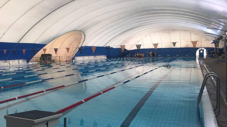 So sieht eine Traglufthalle über dem Schwimmbecken aus.