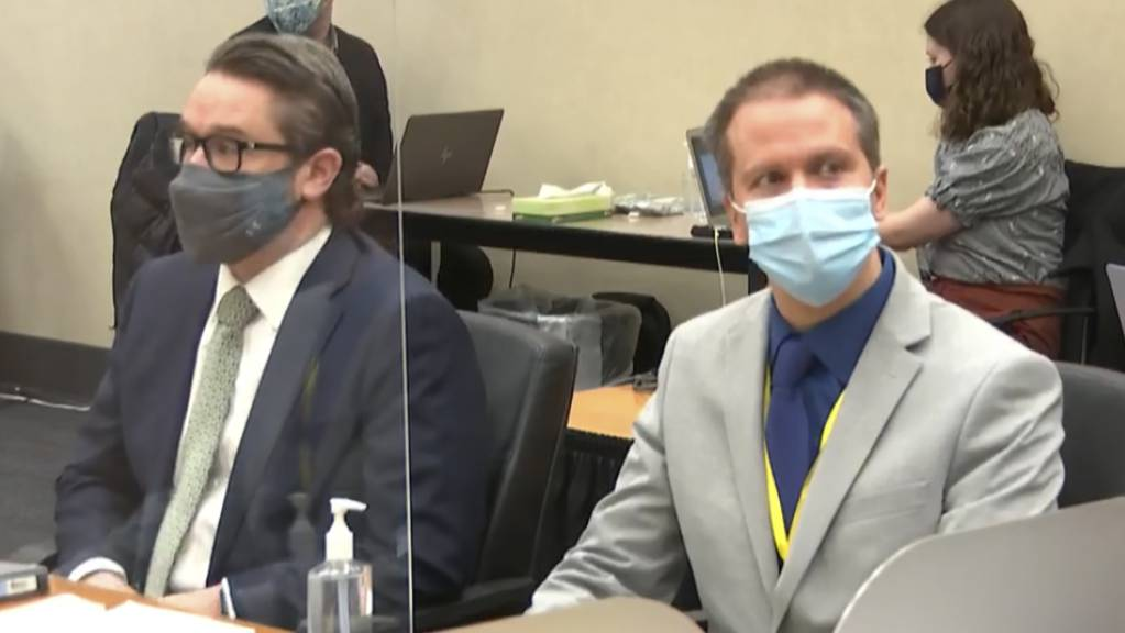 Der Angeklagte Derek Chauvin (r) und dessen Verteidiger Eric Nelson während des Prozess in Minneapolis gegen den weißen Ex-Polizisten wegen der Tötung des Schwarzen George Floyd.