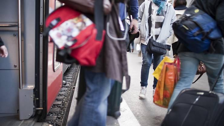 Die Weltgesundheitsorganisation (WHO) sieht im Kampf gegen die Ausbreitung des Coronavirus keinen Nutzen im allgemeinen Mundschutztragen. Es gebe keinerlei Anzeichen dafür, dass damit etwas gewonnen wäre, sagte der WHO-Nothilfedirektor Michael Ryan am Montag in Genf. (Archivbild)