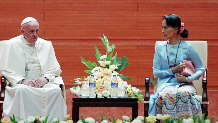 Papst Franziskus und Aung San Suu Kyi am Dienstag bei ihrem Treffen in Myanmars Hauptstadt Naypyidaw.