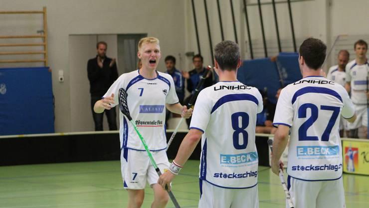 Andrin Döbeli freut sich über seinen Treffer zum 4-3 gegen Blau Gelb Cazis