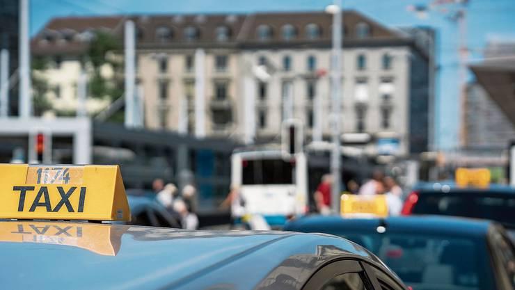 Taxis in Zürich: In Zukunft herrscht mehr Wettbewerb, und an Uber-Fahrzeugen muss eine Plakette kleben.