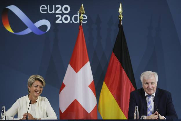 Karin Keller-Sutter, Schweizer Justizministerin, und Horst Seehofer, Deuschtlands Innenminister, diskutierten vergangene Woche in Berlin über den geplanten neuen EU-Asylpakt.
