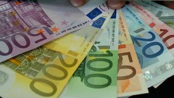 Der in der Schweiz wohnhafte Bosnier wollte mit massiv zu viel Bargeld über die Grenze. (Symbolbild)