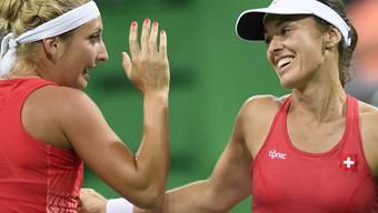 Timea Bacsinszky und Martina Hingis klatschen sich ab: Jetzt wartet der Viertelfinal