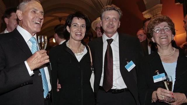 Doris Leuthard mit Ehemann Roland sowie den Eltern Leonz und Ruth Leuthard bei ihrer Wahl zur Bundesrätin (Archiv)