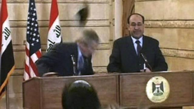 Schnelle Reaktion: George W. Bush bei der Schuhattacke 2008 (Archiv)