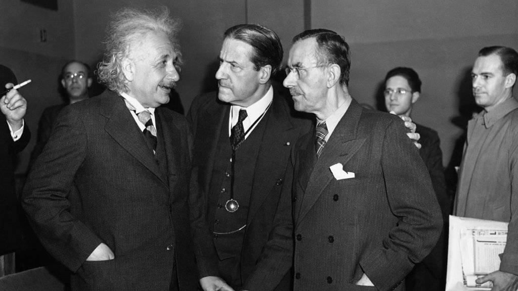 In München wurde zufällig ein Schriftstück von Albert Einstein (links) entdeckt. (Archivbild)