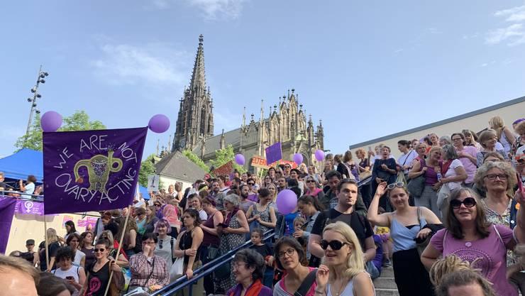 Die Menschenmenge in Basel am Abend des 14. Juni 2019 – es kamen Zehntausende zur Kundgebung.