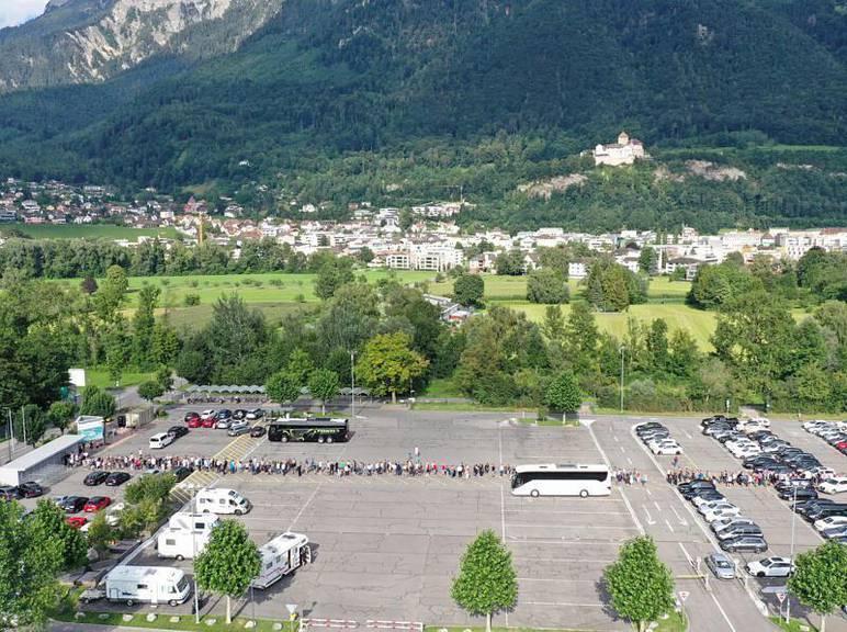 Anstehen vor dem Rheinpark Stadion in Vaduz. (Bild: zVg)