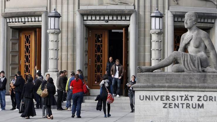 Studierende vor dem Hauptgebäude der Universität Zürich. (Archiv)