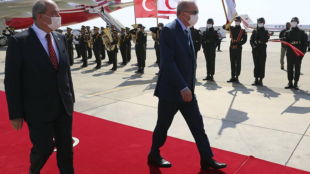 Ersin Tatar (l), Präsident der Türkischen Republik Nordzypern, empfängt Recep Tayyip Erdogan, Präsident der Türkei, auf dem Flughafen Ercan. Foto: -/Turkish Presidency/AP/dpa Foto: -/Turkish Presidency/AP/dpa