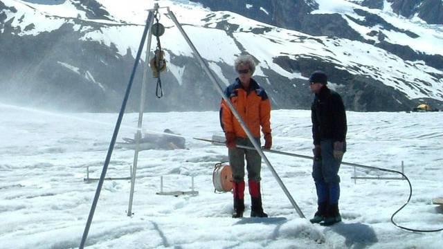 Forscher der ETH messen den Wasserdruck auf dem Gornergletscher (Archiv)