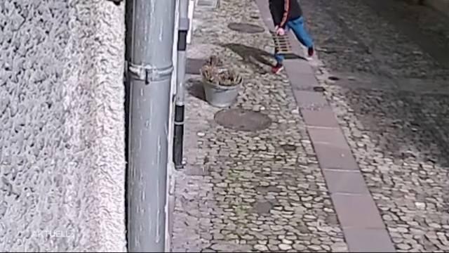 Mit dem Gullydeckel Schaufensterscheibe einschlagen