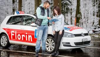 Fahrlehrer «Mige» Schwarzenbach während einer Fahrstunde mit Schülerin Giannina Flury aus Dättwil. Fotos: Sandra Ardizzone