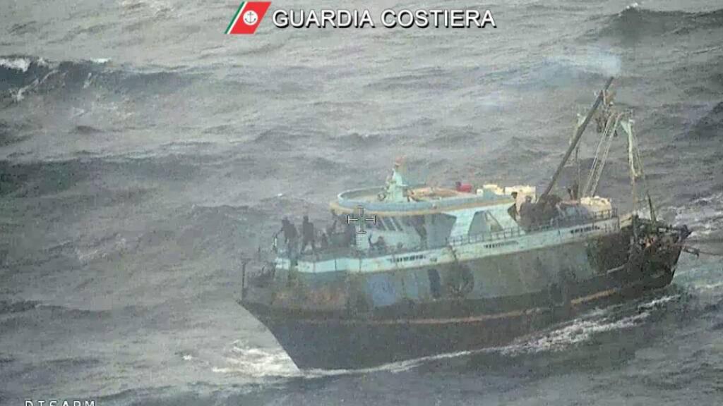 Küstenwache bringt Boot mit 100 Menschen in Sicherheit