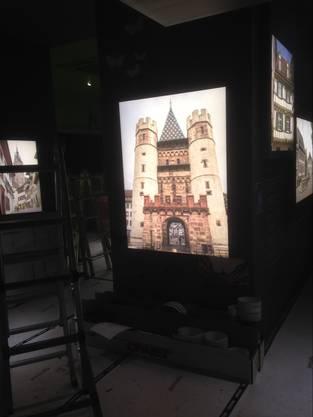 Im Pavillon hängen Bilder von bekannten Basler Spots an den Wänden.