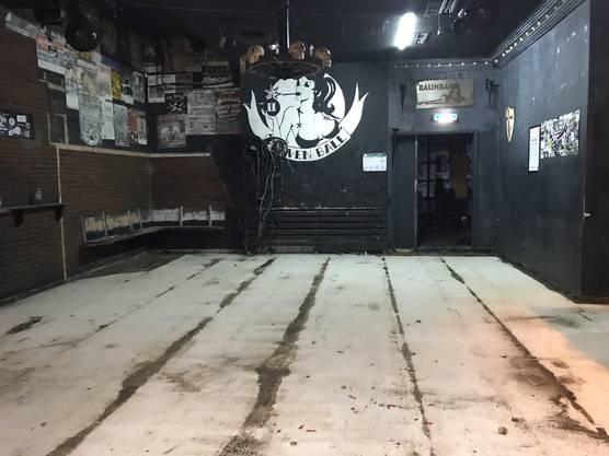 In der Raumbar wurde der Boden rausgerissen.