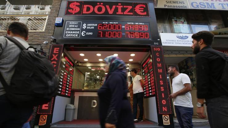 Ein Geldwechselgeschäft in Istanbul. Zerrt die türkische Währungskrise weitere Länder ins Elend?