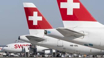 Swiss und Edelweiss sollen vom Bund unterstützt werden. Dafür sollen die Airlines aber Umweltauflagen erfüllen müssen, finden die Finanzkommissionen von National- und Ständerat. (Archivbild)