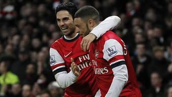 Arteta (links) feiert Arsenals Doppeltorschütze Oxlade-Chamberlain