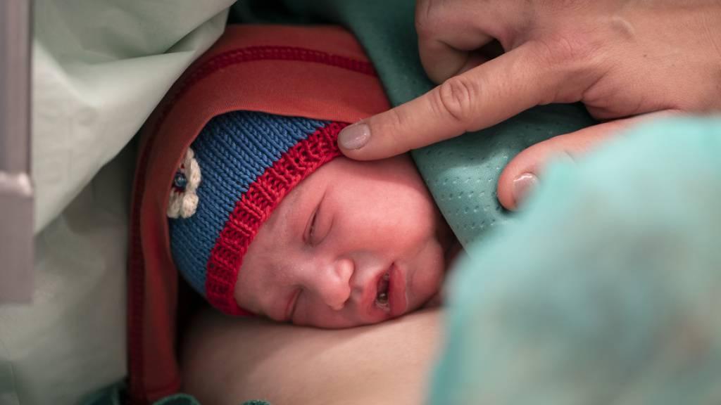 Bei engem Körperkontakt synchronisieren sich die Hirnaktivitäten von Mutter und Baby. Um den Herzschlag in Einklang zu bringen, ist dagegen soziale Interaktion erforderlich, beispielsweise im Spiel (Symbolbild).