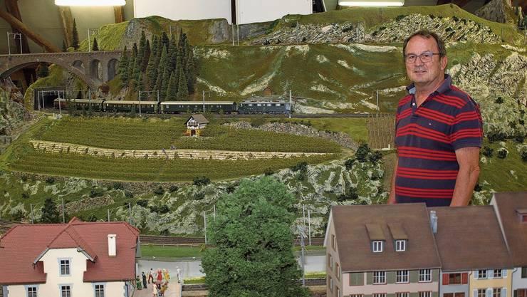 Dieter Leu in der Anlage des Brugger Modelleisenbahn-Clubs. Die Komposition mit Vater Leus Personenwagen passiert derweil die Szenerie.