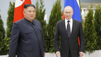 Haben sich in der ostrussischen Stadt Wladiwostok erstmals persönlich getroffen: Russlands Präsident Wladimir Putin und Nordkoreas Machthaber Kim Jong Un.