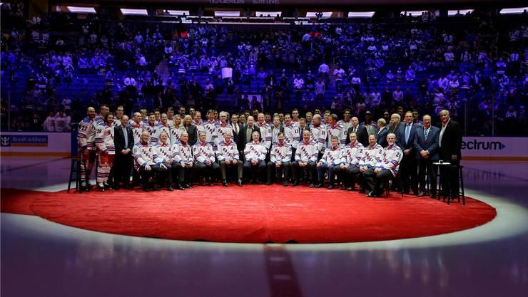 Die New York Rangers inszenieren ihr 25-Jahr-Jubiläum zum Stanley-Cup-Sieg 1994 perfekt: Die aktuelle Mannschaft umgeben vom Legendenteam.